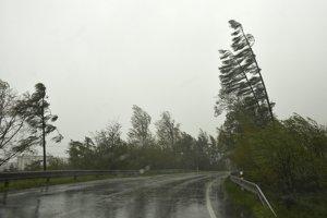 Situácia na ceste zo Starého Smokovca smer Štrbské Pleso. Silný vietor vo Vysokých Tatrách vyvracia stromy na cesty.