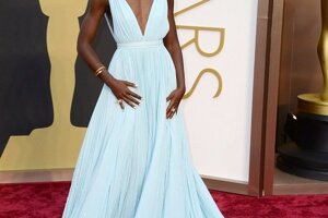 Lupita Nyong zvíťazila v kategórii ženský herecký výkon vo vedľajšej úlohe za film 12 rokov otrokom. Všetkých zúčastnených očarila krásnou svetlomodrou róbou. Dlhé plisované šaty špeciálne pre ňu pripravil módny dom Prada.  Na červenom koberci počas rozhovoru pre portál !E povedala, že farba šiat jej pripomína oblohu v jej rodnom meste Nairobi v Keni.<br><br>