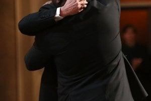 Režisér Steve McQueen (vľavo) v objatí s Bradom Pittom po prevzatí Oscara za snímku 12 rokov otrokom.