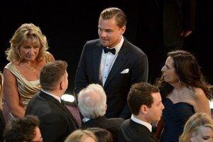 Leonardo DiCaprio (v strede) počas rozhovoru s Jonahom Hillom (vľavo), hereckým kolegom z filmu Vlk z Wall Street.