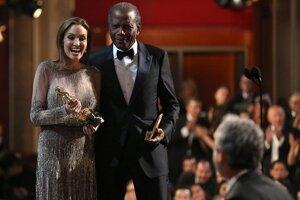 Angelina Jolie so Sidneyom Poitierom pred odovzdaním Oscara za najlepšiu réžiu.