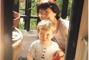 Synček Adam so starou mamou.