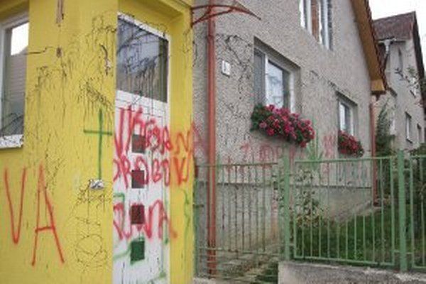Rodinný dom v Nitrianskych Sučanoch niekto postriekal farbou.
