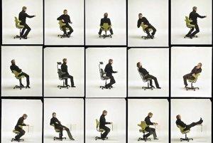 Pracovná stolička, ktorá umožňuje neobmedzene meniť polohy. Stoličku Capisco vytvoril nórsky dizajnér Peter Opsvik pre firmu HAG.