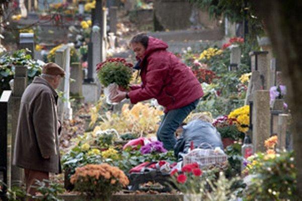 Za hrobové miesta na cintorínoch treba platiť.