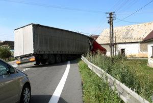 Minulý týždeň sa v Dobrej Nive zrazili dva kamióny.