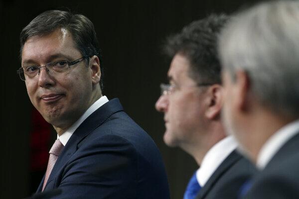 Spoločná tlačová konferencia v Bruseli. Vľavo srbský premiér A. Vučič, v strede M. Lajčák.