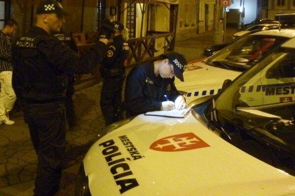 Policajti počas nočnej akcie.
