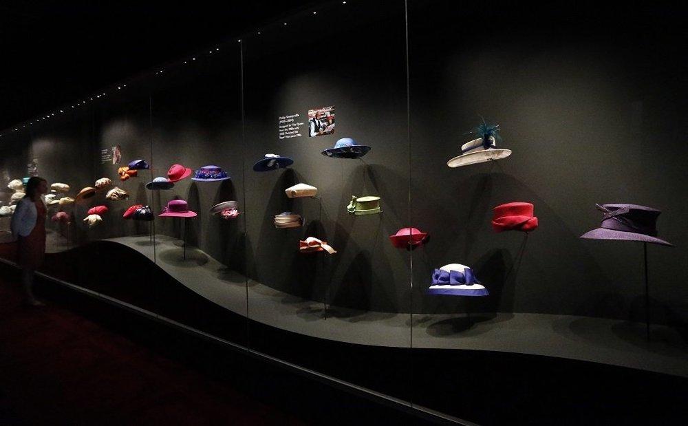 Bohatá zbierka kráľovniných klobúkov má na výstave tiež svoje miesto.