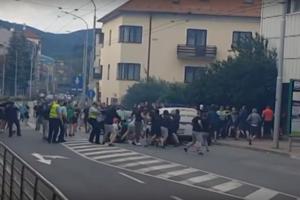 Bitka sa odohrala počas bieleho dňa na rušnej ulici.