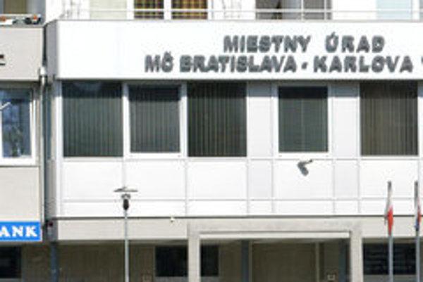 V pilotnom režime má karlovoveský miestny úrad záujem zistiť presné informácie o počte áut.