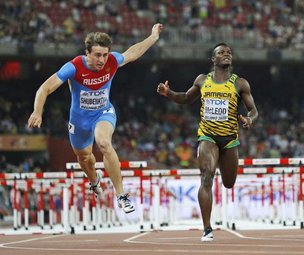 Rus Sergej Šubenkov (vľavo) víťazí vo finále na 110 m prekážky na MS v atletike v čínskom Pekingu.