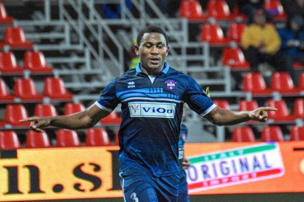 Futbalista FC ViOn Tawamba Kana oslavuje jeden z troch gólov v sieti Skalice.