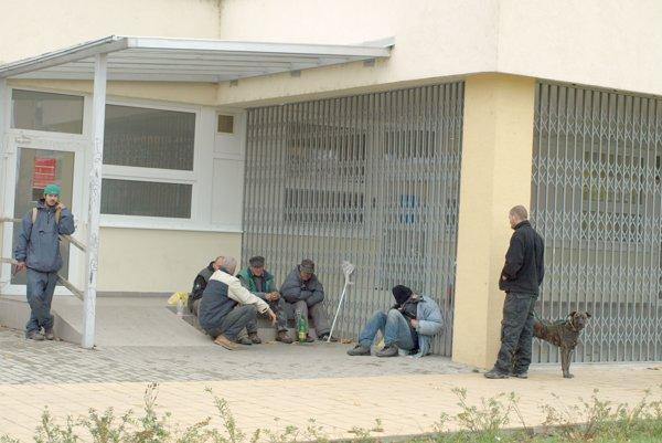 Bezdomovci sa presunuli o pár metrov ďalej.