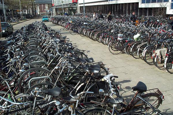 S bicyklom v Amsterdame zaparkujete ľahšie ako s autom.