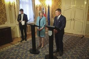 Britská premiérka Theresa Mayová a Róbert Fico pred novinármi.
