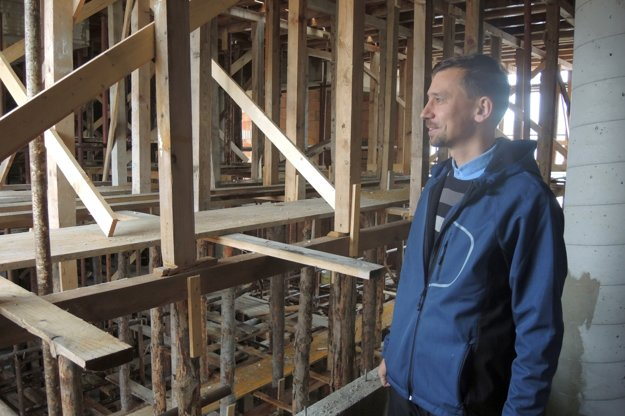 Gréckokatolícky farár Igor Cingeľ verí, že chrám dokončia o rok.