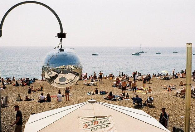 Disco guľa vylepšuje atmosféru na plážovej party.