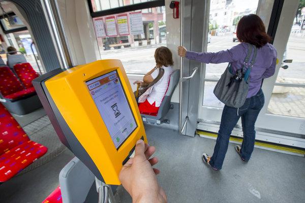 Ak cestujúci nad 70 rokov nemá alebo nechce používať SeniorPas, môže cestovať na polovičný lístok. ILUSTRAČNÉ FOTO