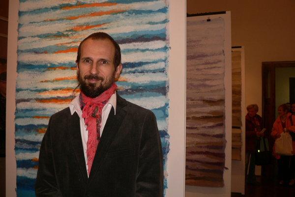 Martin Kratochvil pri jednom zo svojich diel z liateho farbeného papiera.