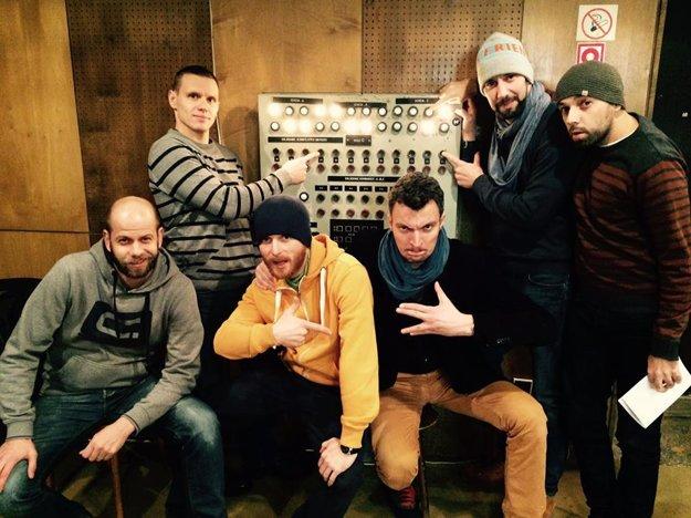 Kompletná posádka tímu Od veci: Stano Staško, Lukáš Puchovský, Ludwig BAgin, Juraj Tabaček a Tomáš Hudák spolu s hosťom relácie Mišom Kubovčíkom.