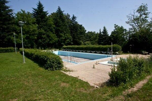Pôvodný bazén je v zlom technickom stave, a preto spustenie jeho prevádzky nie je možné.