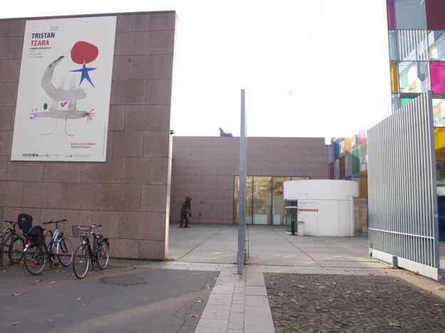 Výstava Tristana Tzaru v Múzeu moderného a súčasného umenia.