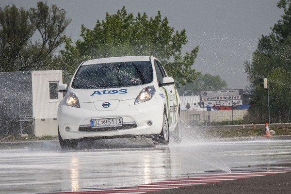Na Slovensku zatiaľ funguje jediné profesionálne tréningové centrum bezpečnej jazdy - Driving Academy na Slovakia Ringu. V procese výstavby je momentálne košický motoristický areál Mihyring.