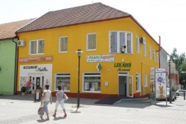 Na budove v centre Prievidze má žltá farba svojich priaznivcov aj odporcov.