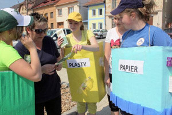 Žiaci propagovali triedenie odpadov v centre Nitrianskeho Pravna.