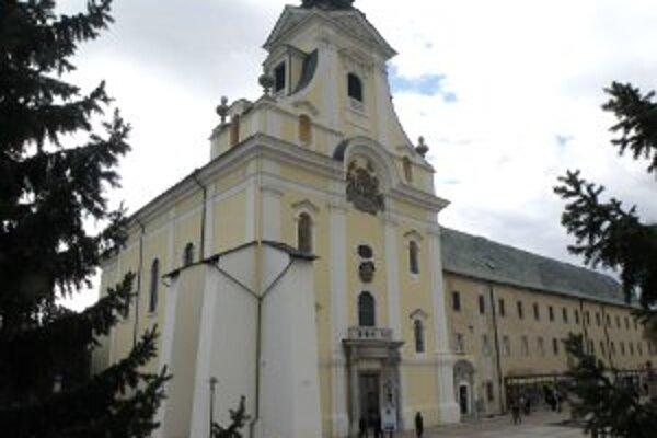 Vstupu do hlavnej časti Piaristického kostola bráni z bezpečnostných dôvodov mreža.