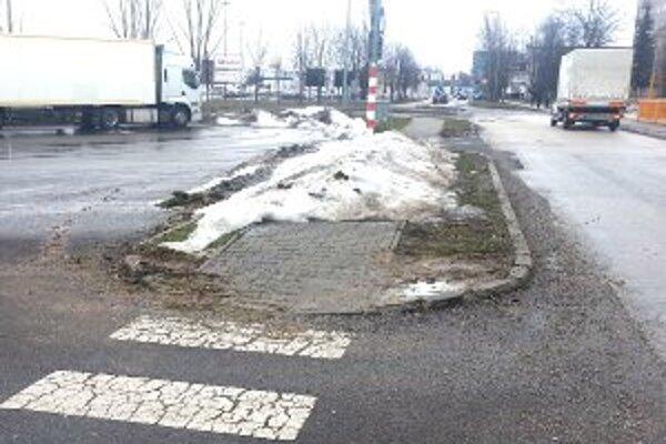 Ľudia museli sneh na chodníku obchádzať po ceste.