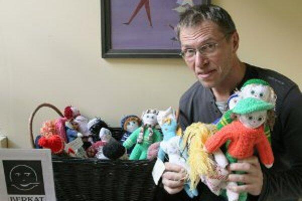 Ivan Sýkora ukazuje bábiky, ktorých predaj pomáha pri charitatívnych aktivitách.