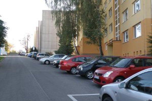 Parkovanie je spoplatnené aj na Jesenského ulici.