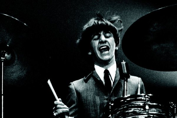 Ringo Starr počas prvého amerického koncertu The Beatles vo Washingtone 11. februára 1964.