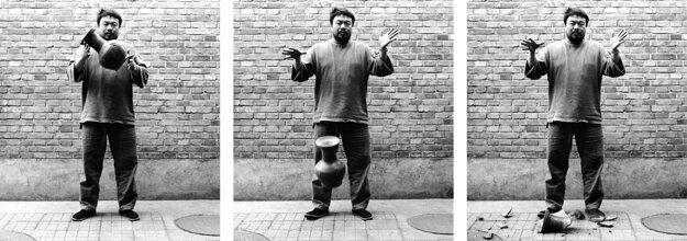 Aj Wej-wej je doma nepohodlným umelecom. Medzi jeho najznámejšie počiny patrí rozbíjanie vzácnej čínskej nádoby. Jeho dielo dnes vystavujú vLondýne.