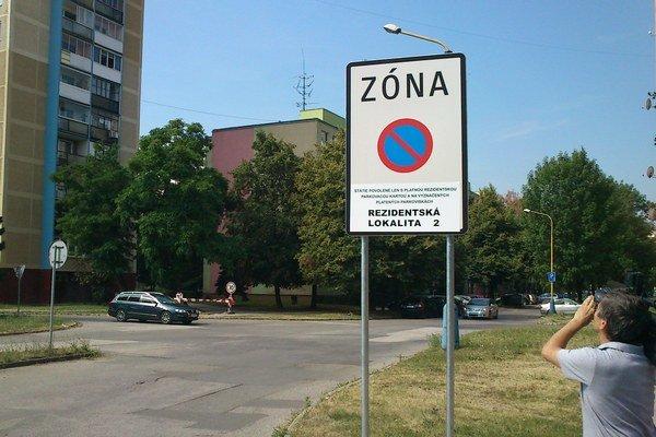 Dopravná značka. Dolepený dodatkový text na jej spodku je podľa polície v rozpore s predpismi.