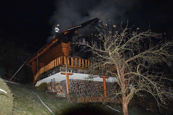 Plamene spôsobili obrovskú škodu. Takto to vyzeralo počas zásahu hasičov.
