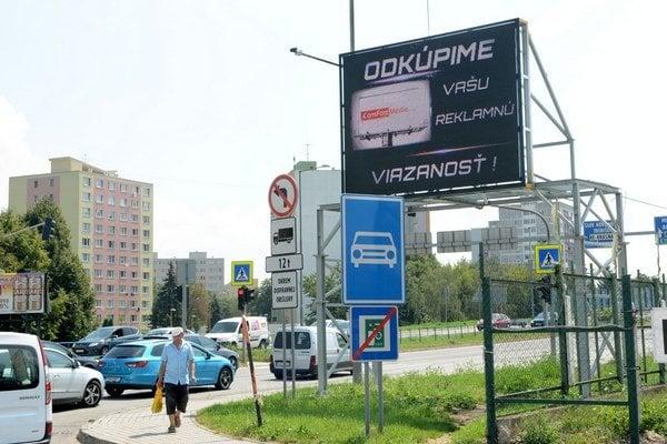 Pútač hneď vedľa cesty. Reklamný panel zvyšuje nebezpečenstvo akomplikuje prejazd úsekom rýchlostnej cesty.
