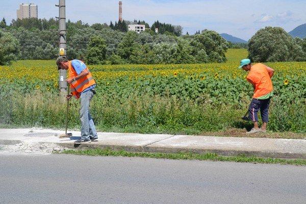 Práce na chodníku. Prebiehajú aj vtýchto dňoch.