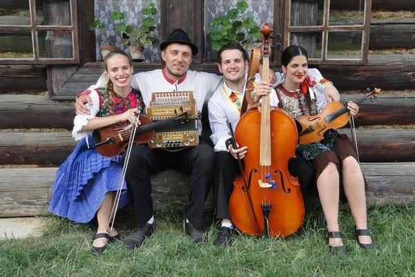 "Ľudová hudba Dribna. Zľava Ivana, Ján, Martin a""externá"" výpomoc."