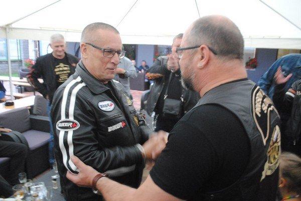 Oslávenec. J. Kaleja prijíma blahoželanie od šéfa klubu P. Čuchrana.