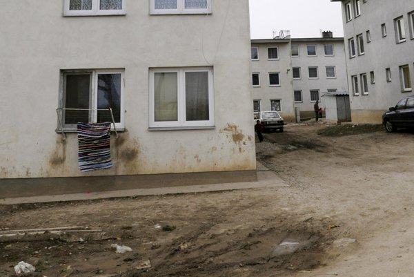 V šesťdesiatke bytov nižšieho štandardu žije 400 Rómov z Nitry. Prístupové komunikácie na Orechov dvor čakali na úpravu temer desať rokov.