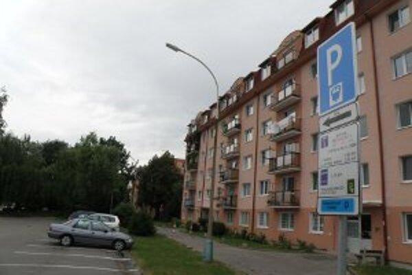 Mesiac po zavedení parkovania v širšom centre Prievidze prichádza prvá zmena v systéme. Dlhodobé návštevy platia menej.