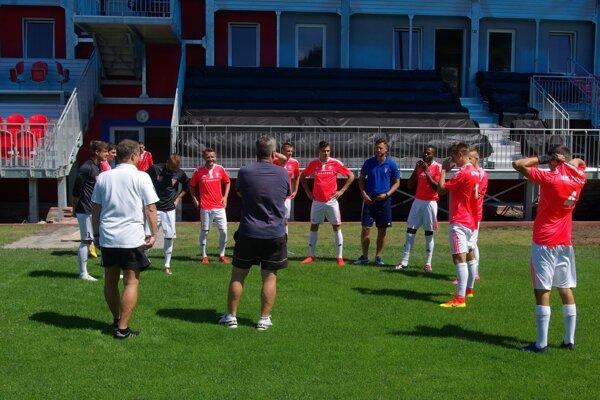 Futbalisti MFK Zvolen pred spoločným fotením do Kompasu fanúšika