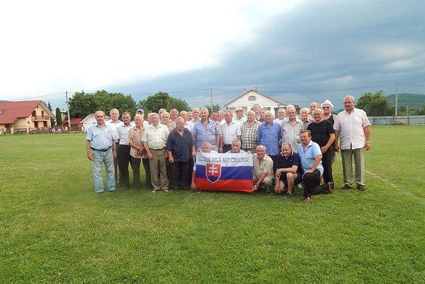 Pohľad na starých pánov. V minulosti hájili farby futbalového klubu vBelej nad Cirochou.