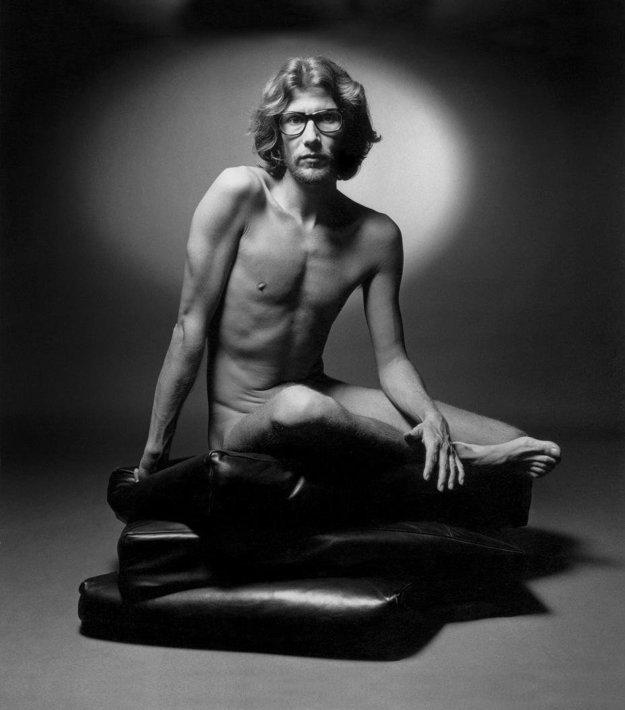 Yves Saint Laurent pózuje pre svoj parfum v roku 1971.