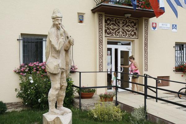 Tradíciu handrárstva pripomína socha handrára pred Obecným úradom v Kamenci pod Vtáčnikom.