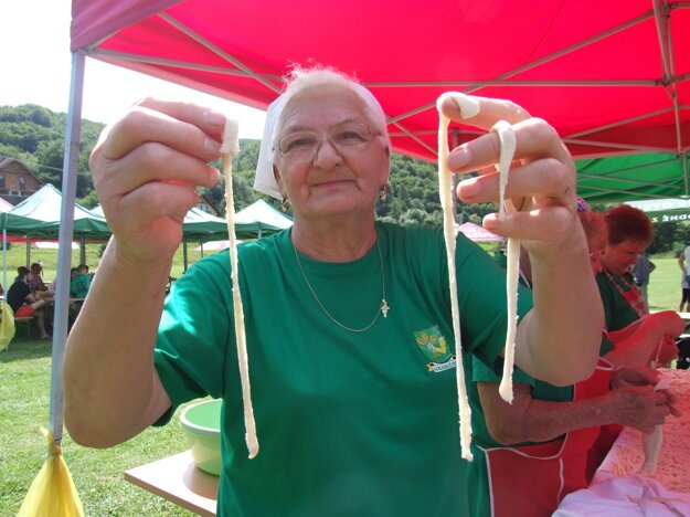 Anna Siekelová (77) ukazuje, ako sa vyrábajú párance.