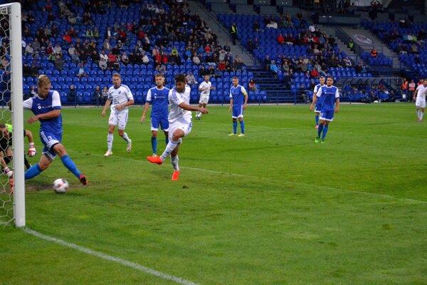 Vyrovnávajúci gól na 1:1. Ujčík takto prekonal brankára Zvolena.